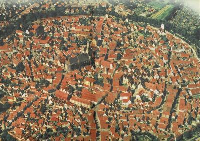 ネルトリンゲン旧市街:14世紀の市城壁が、5つの市門、11の塔と共に、今もほぼ完全に保存され、この城塞都市をぐるりと囲んでいる。