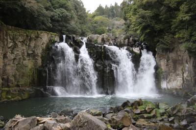 「日本の滝100選」にも選ばれた名瀑。大滝、男滝、女滝の3つの滝から構成されています。