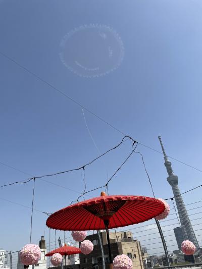 屋上は良いスカイツリービュースポットです。エアレースパイロット室屋さんのニコちゃんマーク飛行も見られました!
