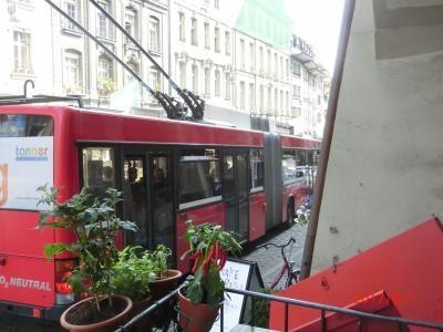 バスはトローリーバスで排気ガス無しの電気バスです