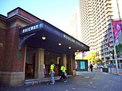 ハイドパークの隅にある小さな駅