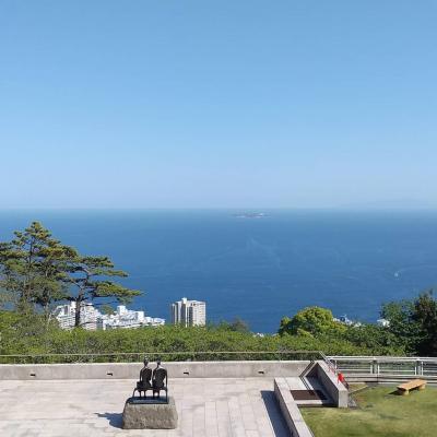 高台から熱海を見下ろす
