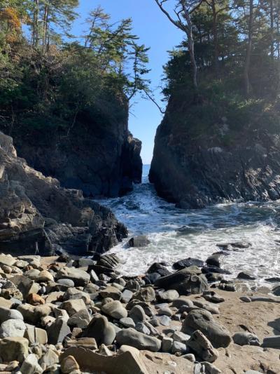 岩の間から荒波が押し寄せる迫力に圧倒されました