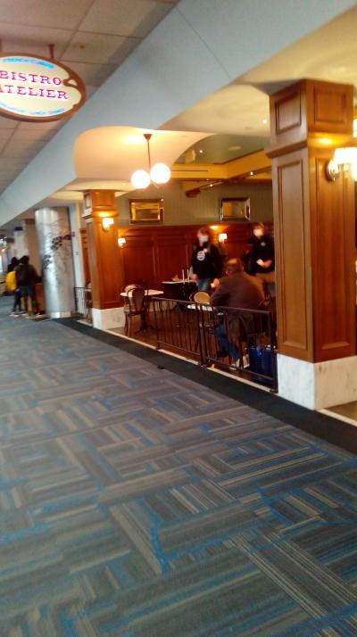 空港内にある軽食屋さんという感じです。