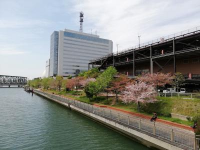 ガスタンク?の景色も。大阪ドーム南側の遊歩道