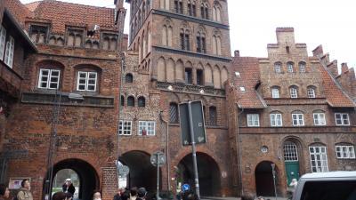 城壁と一体になった重厚な門