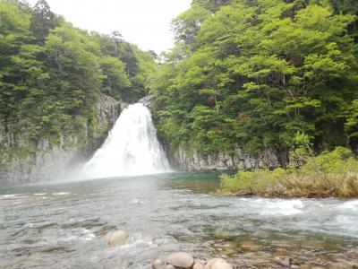 日本の滝百選にも選ばれた高さ57mの名瀑