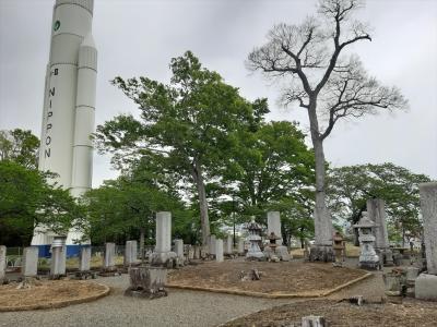 H-2ロケットの実物大模型の脇に、石川家台山廟や子どもの遊び場、スポーツ施設もある欲張り公園
