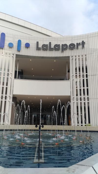 郊外の巨大ショッピングセンター