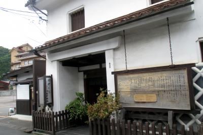 入口の看板は河田家具店です。