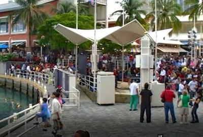 賑やかな海岸沿いの広場、ベイサイド マーケットプレイス