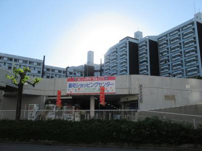 レトロな市営アパートにあるショッピングセンター