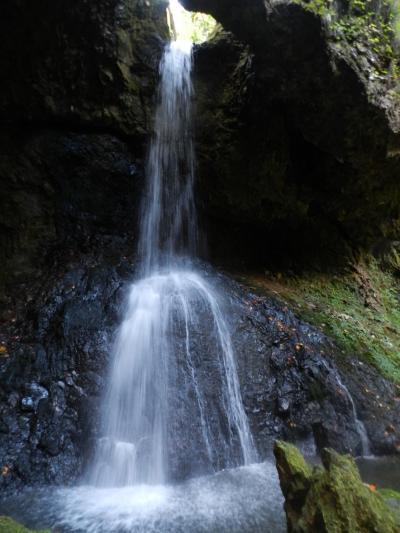 ぽっかり開いた穴から落ちる個性的な滝