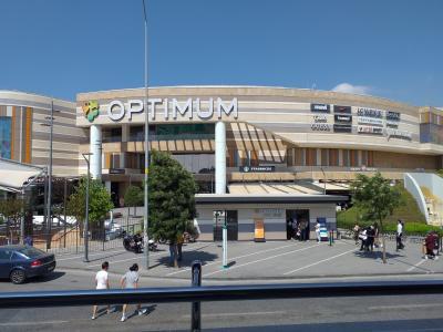 空港にほど近いショッピングセンター