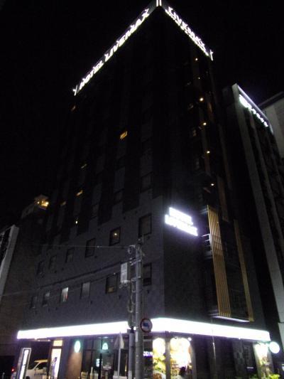 部屋は狭いけれど、機能的。地下鉄駅から徒歩3分以内、市内中心部にあるビジネスホテル