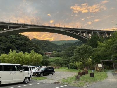 明礬温泉の上に架かるコンクリートアーチ橋