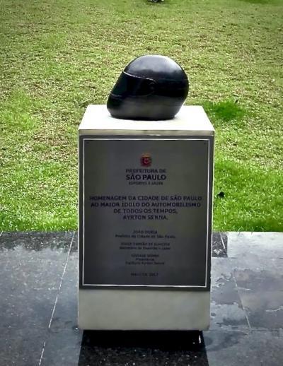 94年に事故死したブラジルの英雄「アイルトン・セナ」の名を冠した小さな公園(イビラプエラ公園の前/サンパウロ/ブラジル)