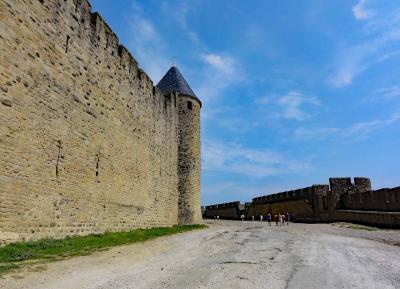 守り厳重な高い城壁と数々の塔