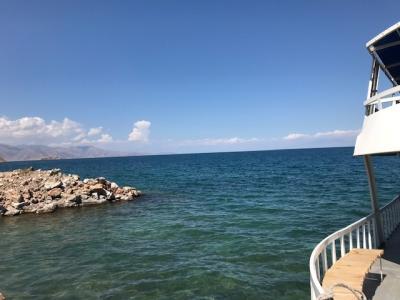 湖にはアクダマル島