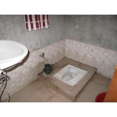バングラ式トイレです。紙はありませんよ。
