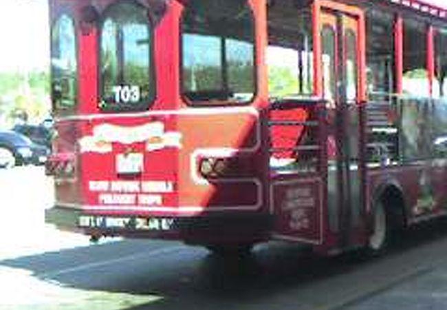 赤いトローリーバス