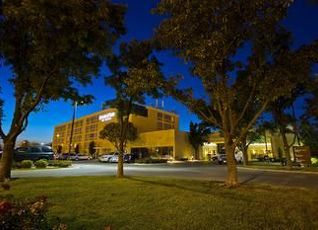 ダブルツリー バイ ヒルトン ウィチタ エアポート ホテル 写真