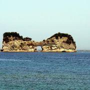 不思議な形の島(岩?)があります