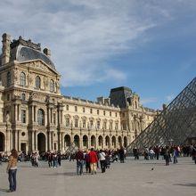 ガラスのピラミッドは中央入り口で、他にも入り口は4箇所ある