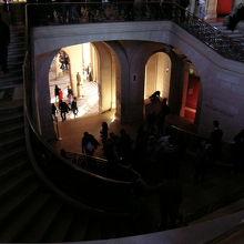ルーブル美術館の内部階段は宮殿の雰囲気を伝えています。