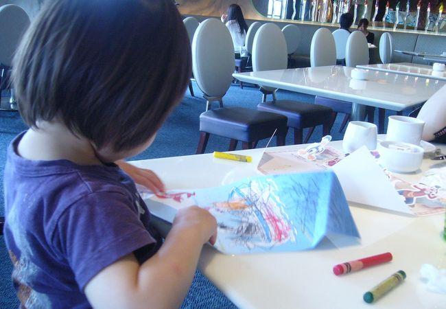 子供には名前のシールがもらえたり、お絵かきセットがあったり。