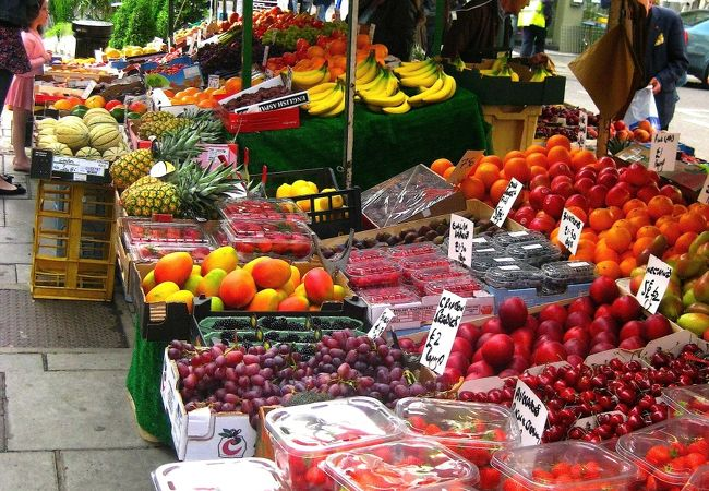 果物や食べ物屋台もいっぱい出てます♪