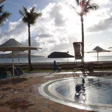 オンワードホテルプールからアルパット島を望む。