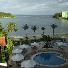 ホテルからアガニア湾に浮かぶアルパット島。