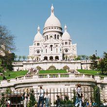 下から見上げたサクレ・クール寺院