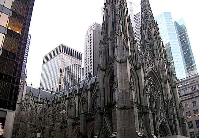 マンハッタンのど真ん中にある全米一のカトリック教会。