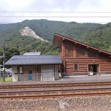 ホーム側から駅舎を眺めました