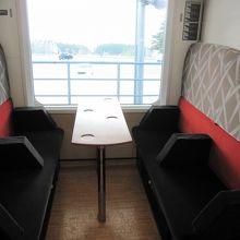 ボックス席は座席をスライドさせて座敷にすることも可能。