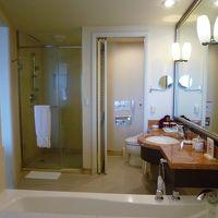 シャワーブース、風呂、トイレ。部屋との間に窓があります。
