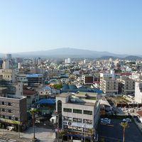 街側の部屋からの眺め。正面にハンラ山。