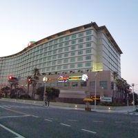 夕景のホテル。カジノもあります。