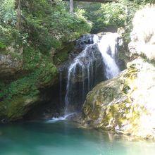 最後の、もう一つの入り口の外にある大きな滝
