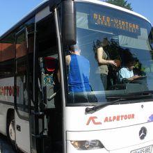 ブレッド湖のバスターミナルを10時に出発するバス
