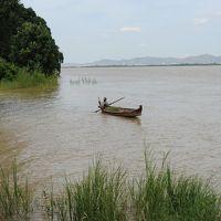 目の前のイラワジ川には時折漁船が通過する。