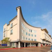 建物の新しいキレイなホテルです。駐車場は無料。