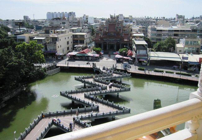 龍塔の上階から眺めた九曲橋の光景です。