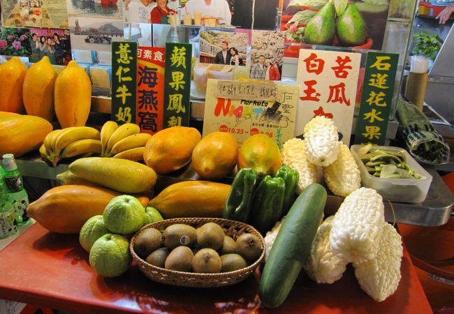 野菜と果物が一緒に並んだ店先です。