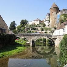 橋と塔と川が一度に見られます。