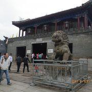 質素な皇帝の別荘と派手なチベット寺院