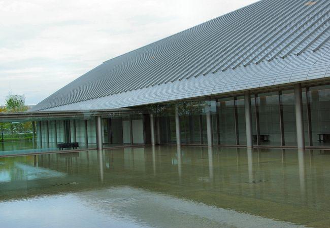 水の上に浮かぶような造りになっている佐川美術館