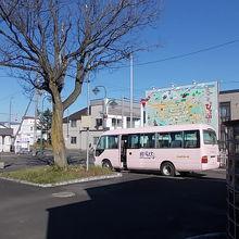温泉施設までの無料送迎バスも駅前から発車しています